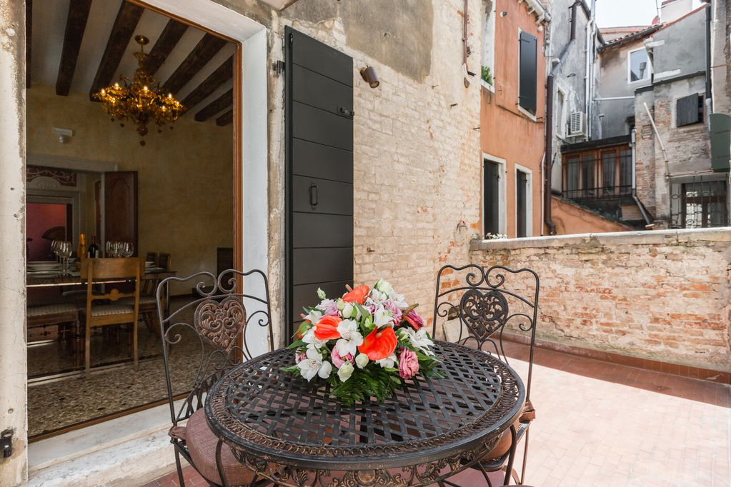 vrbo-venice-italy-canal-view