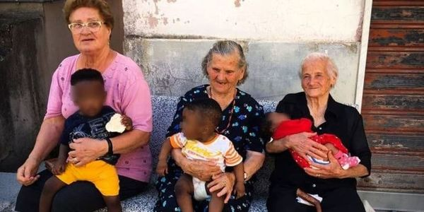 Photo of three Italian grandmothers with migrant children in their laps goes viral in #Italy