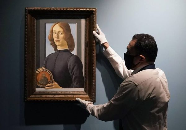 A rare portrait of Botticelli sold for $ 92.2 million (around 76 million euros) at auction at Sotheby's.